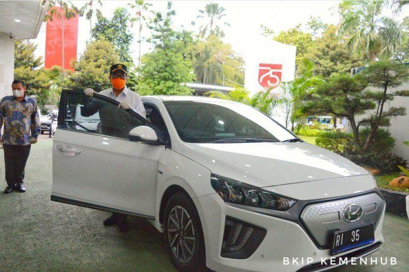 Menhub resmi pakai mobil listrik untuk kendaraan dinas