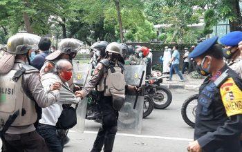Polisi bubarkan massa di Jalan Agus Salim. ©Liputan6.com/Yopi