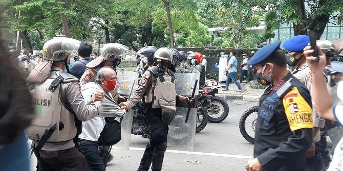 Dipukul Mundur Polisi, Massa Aksi 1812 di Jalan Agus Salim Kocar-Kacir
